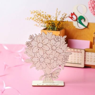 Открытка букет цветов на подставке с поздравлением