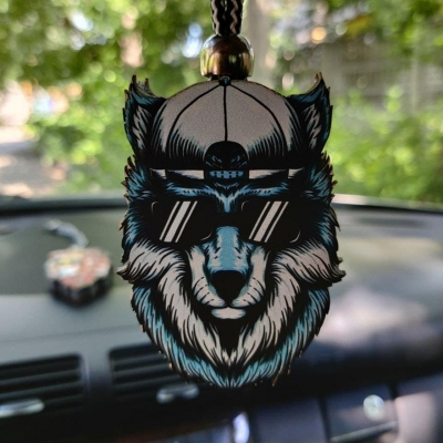 """Ароматизатор в машину из дерева, дизайн """"Волк в очках и кепке"""""""