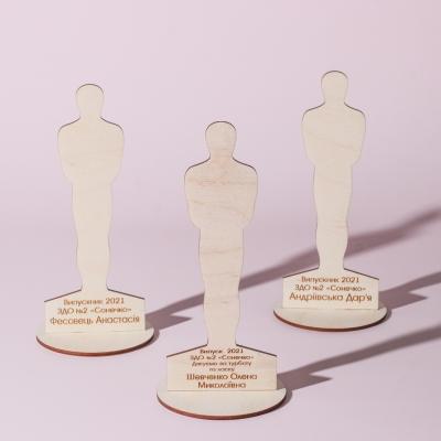 Наградная статуэтка Оскар из дерева выпускнику