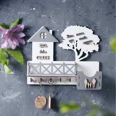 Ключница настенная с балконом из дерева с семьей цвет белый с серым