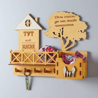 Ключница настенная с балконом из дерева с семьей цвет медовый