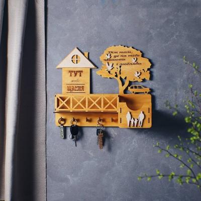Ключница настенная с балконом и машиной из дерева цвет медовый