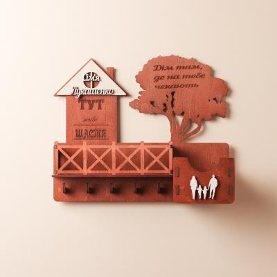 Ключница настенная с балконом из дерева с семьей цвет красное дерево