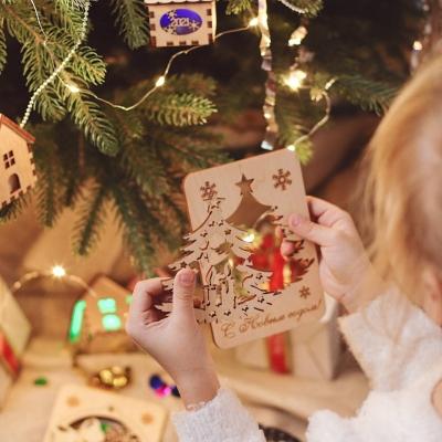 Новогодняя открытка с игрушкой на елку в ассортименте