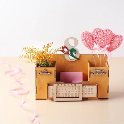 Деревянный именной органайзер с вечным календарем. Настольный органайзер 8 Марта цвет медовый