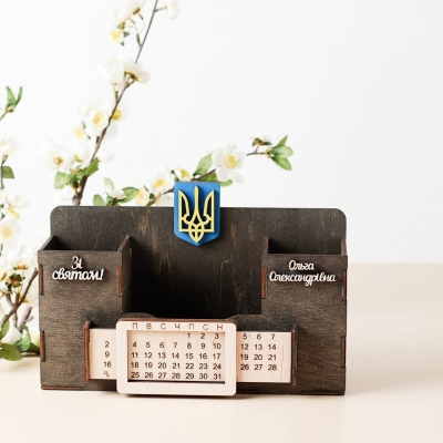 Деревянный именной органайзер с вечным календарем. Настольный органайзер с гербом цвет венге
