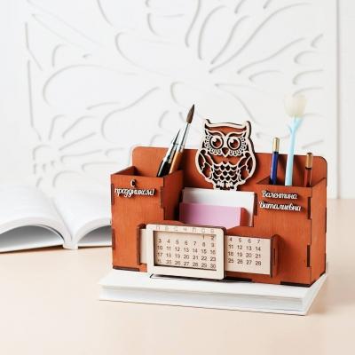 Деревянный именной органайзер с вечным календарем. Настольный органайзер с совой цвет красное дерево
