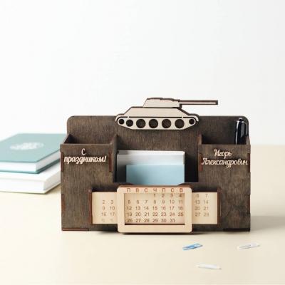 Деревянный именной органайзер с вечным календарем. Настольный органайзер мужской с танком цвет венге