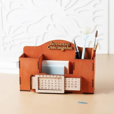 Деревянный именной органайзер с вечным календарем. Настольный органайзер для учителей цвет красное дерево