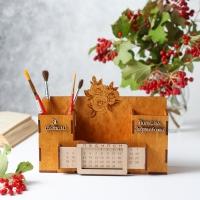 """Деревянный именной органайзер с вечным календарем. Настольный органайзер дизайн """"цветы гравировка"""" цвет медовый"""