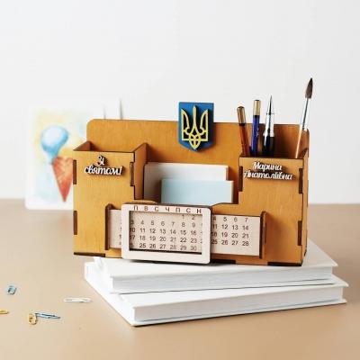Деревянный именной органайзер с вечным календарем. Настольный органайзер с гербом цвет медовый