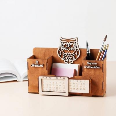 Деревянный именной органайзер с вечным календарем. Настольный органайзер с совой цвет орех