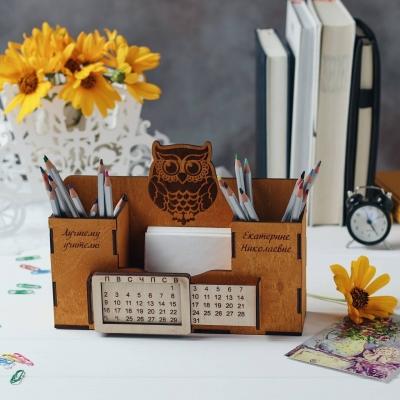 Деревянный именной органайзер с вечным календарем. Настольный органайзер цвет медовый сова гравировка