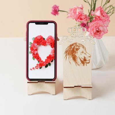 Подставка для телефона из дерева лев с короной