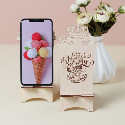 """Подставка для телефона из дерева с короной """"Поверь в мечту"""""""