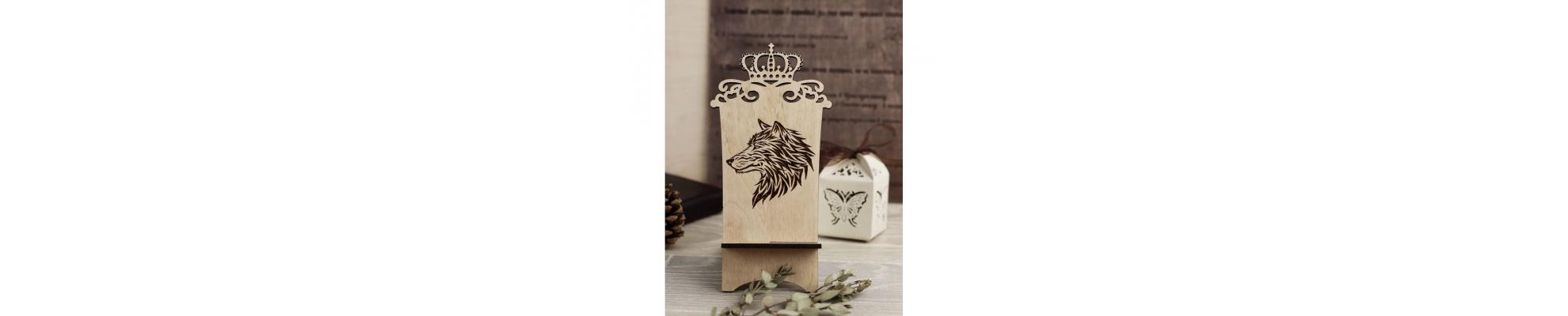 Подставка для телефона из дерева волк с короной